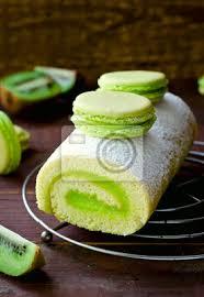 fototapete roll kuchen mit kiwi creme dekoriert macarons