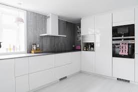 schlichte weiße küche mit grauen bild kaufen 12668351