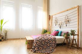 geräumiges schlafzimmer mit großem bett mit kopfteil mit traumfänger