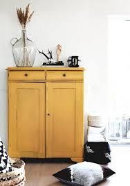 gelb lackierter schrank stauraum im wohnzimmer deko schwarz