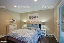 zweite etage schlafzimmer mit bett taupe wände blau stockfoto und mehr bilder architektur