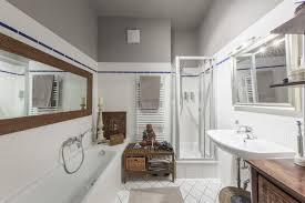 badezimmer mit weißen fliesen grauer decke dusche
