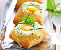 cuisiner des oeufs recette avec astuces de cyril lignac petits pains à l œuf cocotte