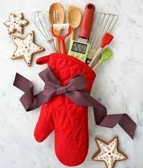 cadeau noel cuisine diy un gant de cuisine équipé de toute sorte d ustensiles de