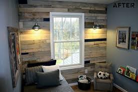 wohnzimmer mit holzwand möbel aus paletten