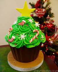 Christmas Tree Meringues Uk by How To Make A Giant Cupcake Christmas Tree She Who Bakes