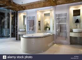 becken in beleuchtete nischen im modernen badezimmer mit bad