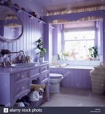 lila badezimmer stockfotografie alamy