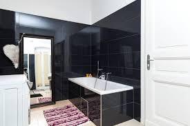 luxeriöses badezimmer mit schwarzen fliesen weißen möbeln