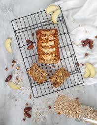 gesunder apfelkuchen mit haferflocken und datteln herbs