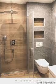 carrelage imitation et bois dans la salle de bain