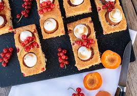 aprikosen johannisbeer schnitten mit baiser