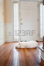 chien blanc devant une porte de la maison banque d images et