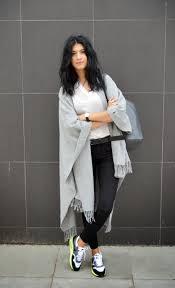 comment porter une montre comment porter une montre avec un t shirt à col en v blanc