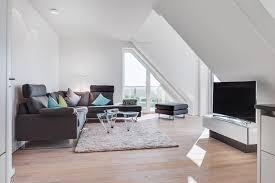 offenes wohnzimmer mit dachschrä in ferienwohnung