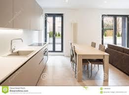offener raum mit eleganter küche und wohnzimmer stockfoto