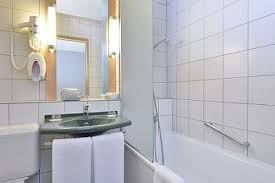 badezimmer im hotelibis budapest citysouth
