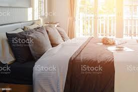 moderne schwarze ton schlafzimmer deko mit buch häkeln und gramm stockfoto und mehr bilder decke bettwäsche