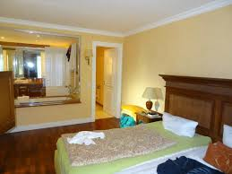 schlafzimmer mit glaswand zum badezimmer bild hotel