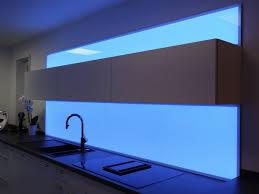 die küchenrückwand mit licht gestalten plexiglas