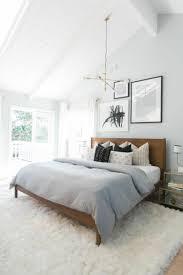 schlafzimmer trends hochflor teppich weiß dachschräge holz