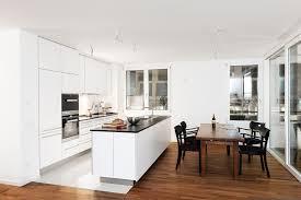 elegante weiße küche mit dunkler arbeitsplatte kochinsel