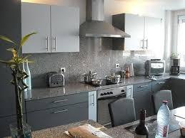 cuisine plan de travail gris cuisine grise et plan de travail noir maison design bahbe com