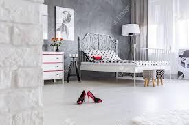 rote hohe absätze in der mitte der modernen frau das schlafzimmer verlassen