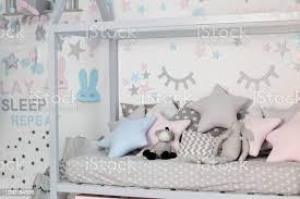kinderbett im weißen sonnigen schlafzimmer kinderzimmer und inneneinrichtung bett für baby oder kleinkind junge zu hause bettwäsche und textil für