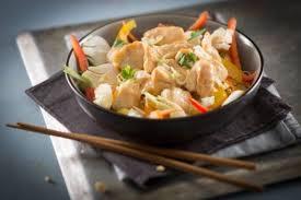 cuisiner avec un wok recette de wok de poulet et légumes au satay facile et rapide