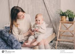 glückliche mutter und baby die zu hause im schlafzimmer