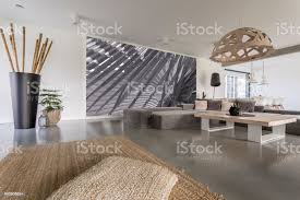 wohnzimmer mit grauen wandbild stockfoto und mehr bilder bambus material