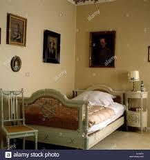 schlafzimmer mit antiken holzbett mit geflochtenen rattan
