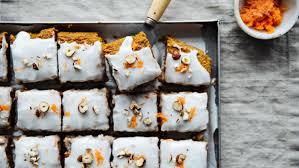 saftiger und veganer karottenkuchen mit haselnüssen