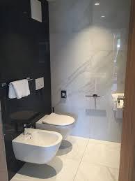 kleines badezimmer mit fliesen in marmoroptik
