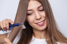 junge hübsche brünette frau die ihr schönes langes haar auf