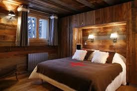 schlafzimmer komplett aus holz in der mitte des zimmers