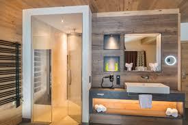 badezimmer in modernem hotel mit palme dusche badezimmer