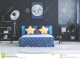 gelbsterne im dunklen schlafzimmer stockfoto bild