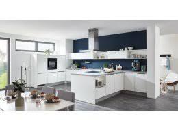 offene küche mit viel stauraum und technikschrank in weiß