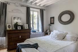 doppelbett und antike kommode in bild kaufen 12372201