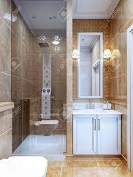 design der modernen badezimmer die kombination aus natürlichen marmorfliesen und ein kleines mosaik in der dusche und in der nähe des spiegels cosy