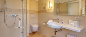 ein stilvolles badezimmer in warmen farben picture of