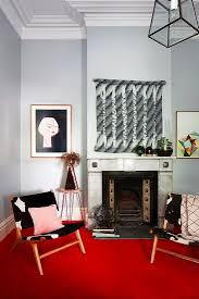 zwei stühle auf rotem teppich vor kamin bild kaufen