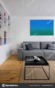 stilvolles wohnzimmer mit kiefernholz auf dem boden grauem