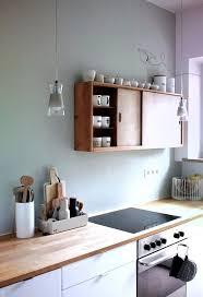 salbei grüne wand weiße küche holz arbeitsplatte