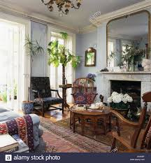große spiegel über dem marmorkamin in blass grau wohnzimmer