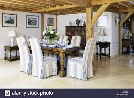 gepolsterte stühle an den hölzernen tisch im modernen