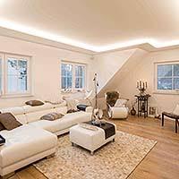 schönes licht mit einer plameco spanndecke im wohnzimmer
