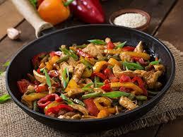 cuisiner avec un wok sauté de poulet et petits légumes au wok recette de sauté de